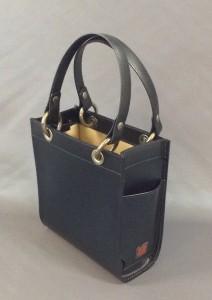 20×22×8㎝ 表:牛革、裏:レーヨン 可動式リング使用、リングを通して 内部に袋を入れることができます。 ¥10,800