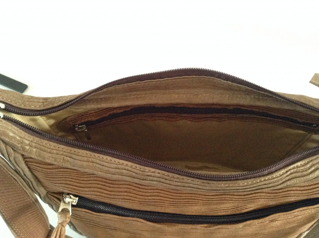 内ポケット。ファスナー付き。大きいので長財布も入ります。