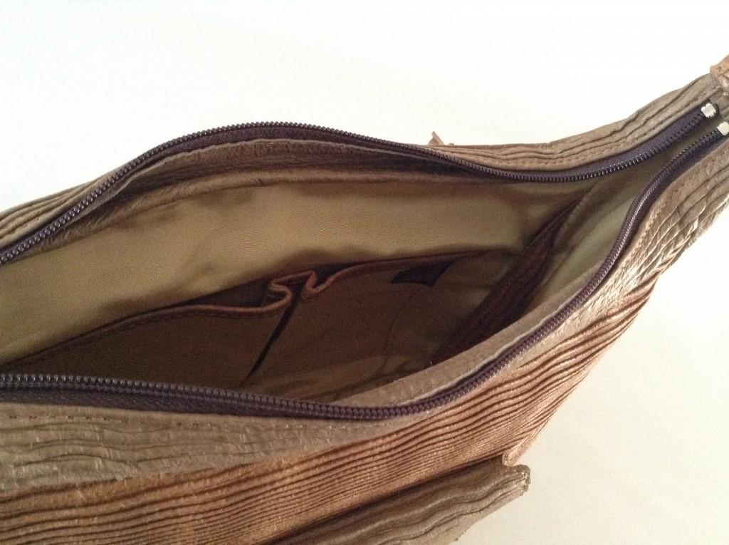 内ポケット。スマホや筆記用具を入れるのに便利。ナスカンの付いたベルトも鍵をつけておくのに便利。